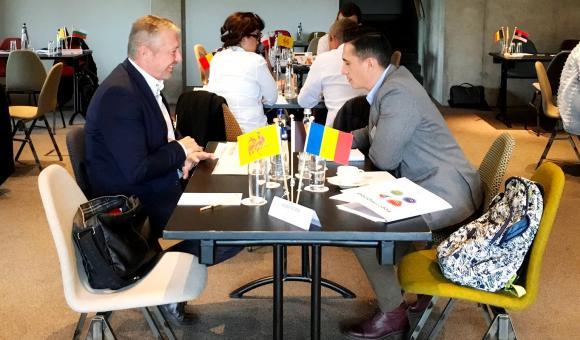 Représentant de Nero 95 FIS en discussion avec un producteur wallon